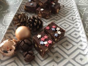 Lækker konfektkage i små mundrette bidder og lidt stjernepynt på toppen