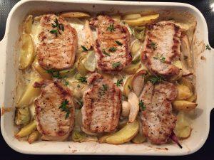 Svinekoteletter på æble- og kartoffelbund.