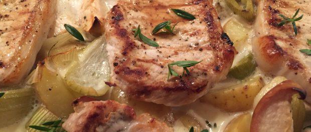 Svinekoteletter på æble- og kartoffelbund