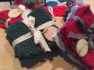Fine hjemmestrikkede karklude med smukt julebånd og træskilt. Den perfekte værtindegave