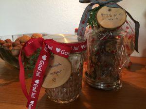 Glas med lækker konfekt og et glas til børnene med kakaopulver og små skumfiduser.