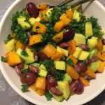 Grønkålssalat med frugt og ristet hokkaido-græskar