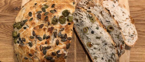 Grydebrød med oliven, kapers og græskarkerner